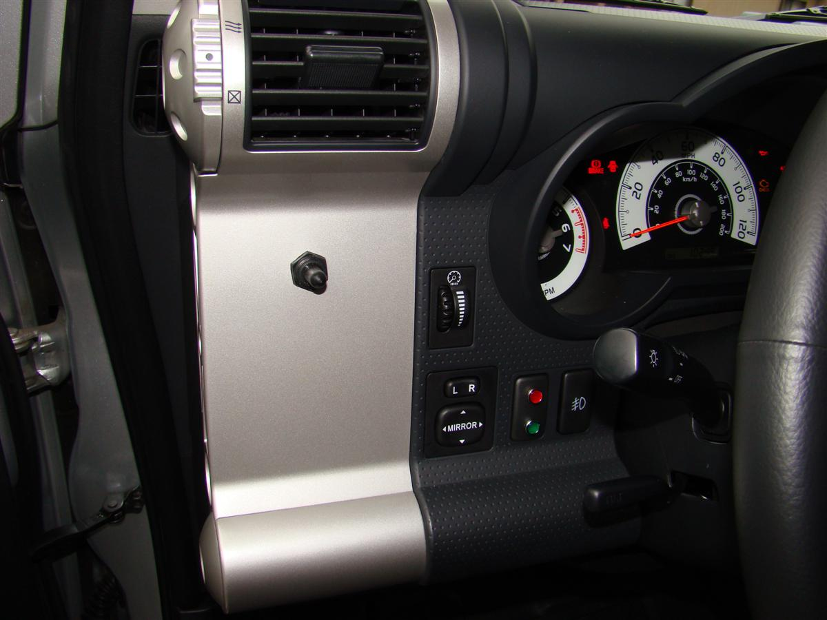 Corey s 2007 fj cruiser build up thread page 9 yotatech forums - Picture Eight Shows The Switch In The Red Light Position The Main And Auxiliary Batteries Are Connected Together And The Red Light Is Illuminated At All